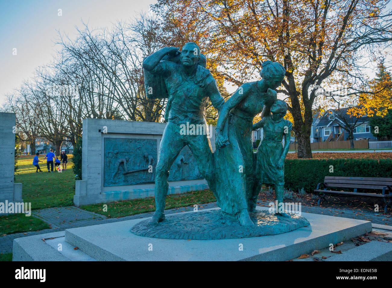"Monumento Conmemorativo del inmigrante estatua, el jardín italiano, ""Il Giardino Italiano"", Hastings Park, Vancouver, British Columbia, Ca Foto de stock"