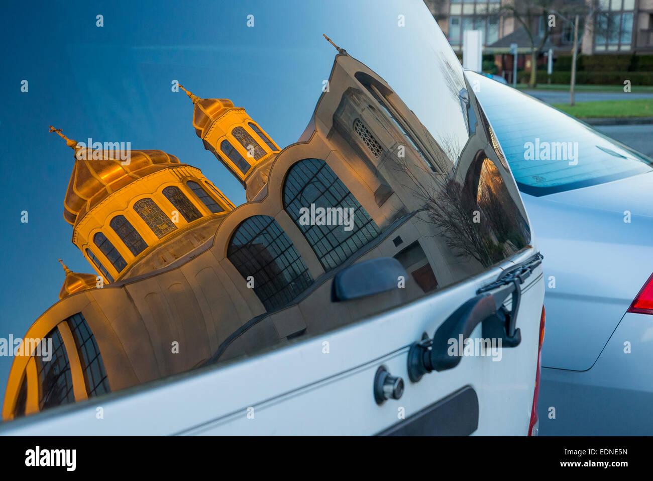 Reflejo en la ventanilla de Santa María, la Iglesia católica ucraniana de Vancouver, British Columbia, Imagen De Stock