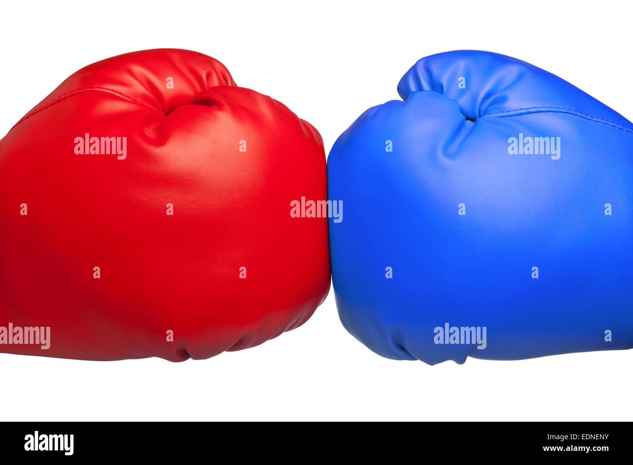 Cerca de rojo y azul Guantes boxeo golpeando aislado sobre fondo blanco. Imagen De Stock