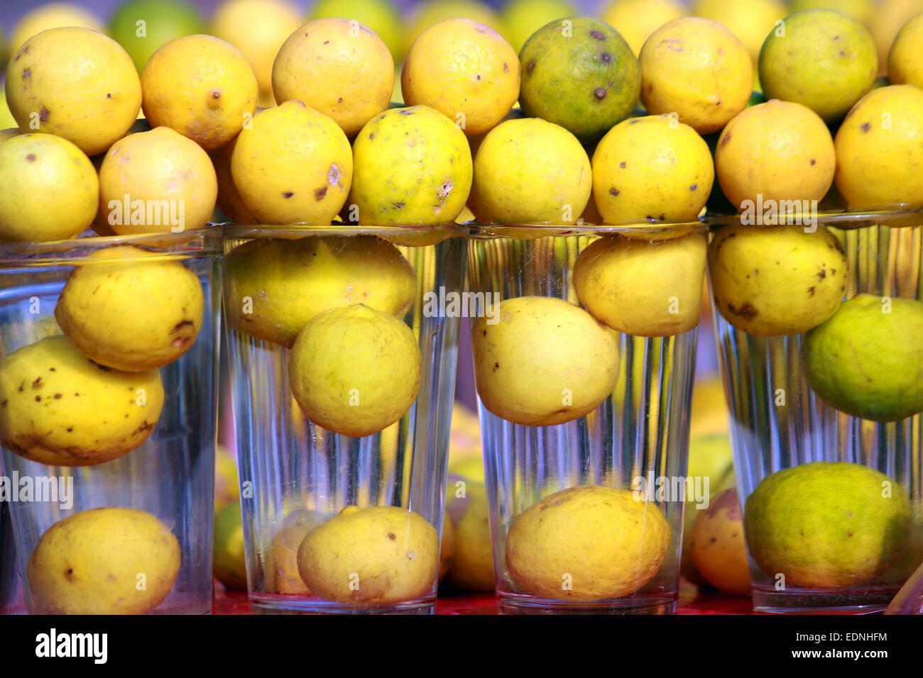 Bebidas, garrafa, cítricos, frío, cubos, bebidas frescas, fruta, jardín, vidrio, casero, hielo, icecube, Imagen De Stock