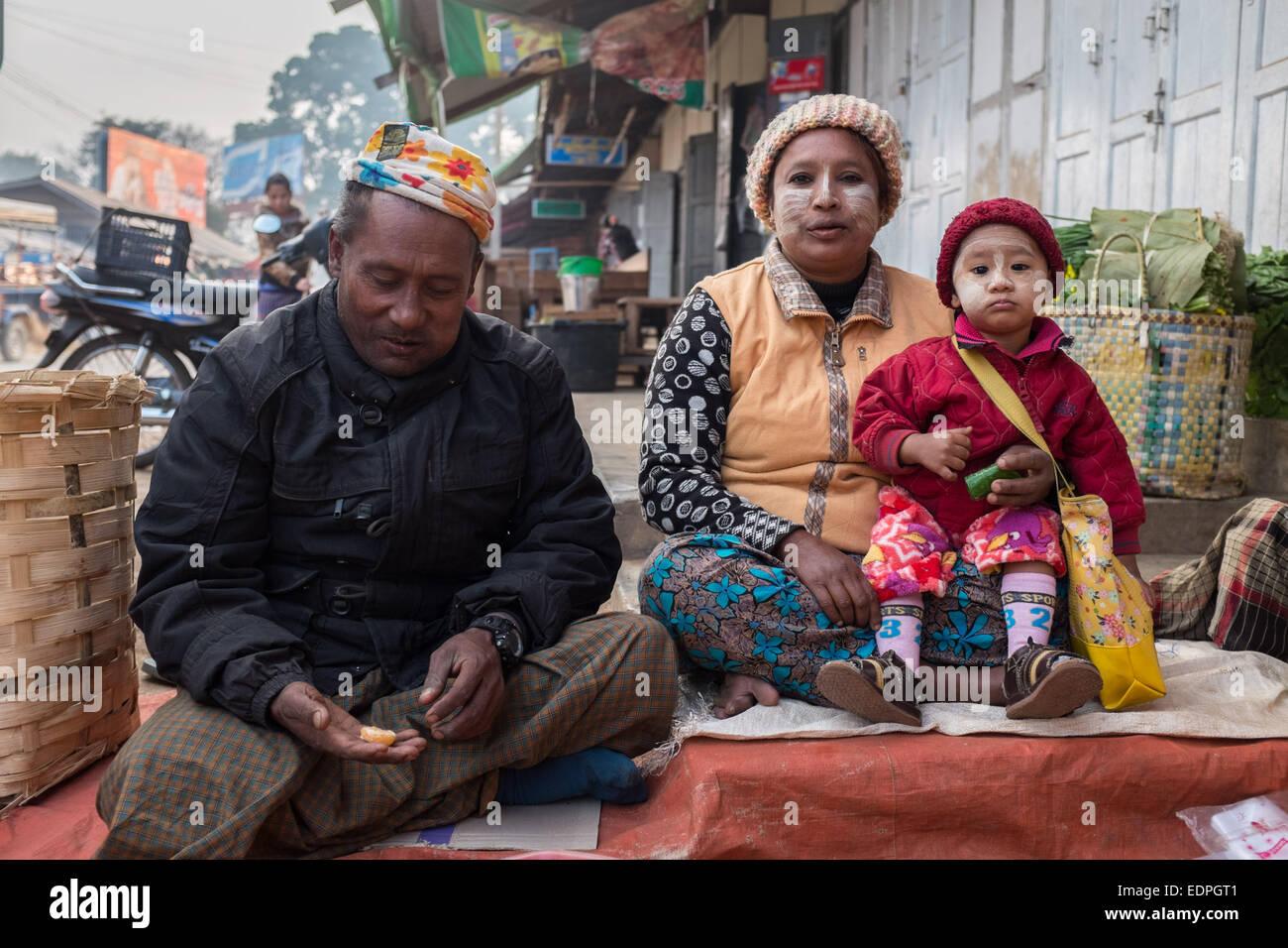 Familia en Loikaw Thiri Mingalar Zay Mercado Imagen De Stock