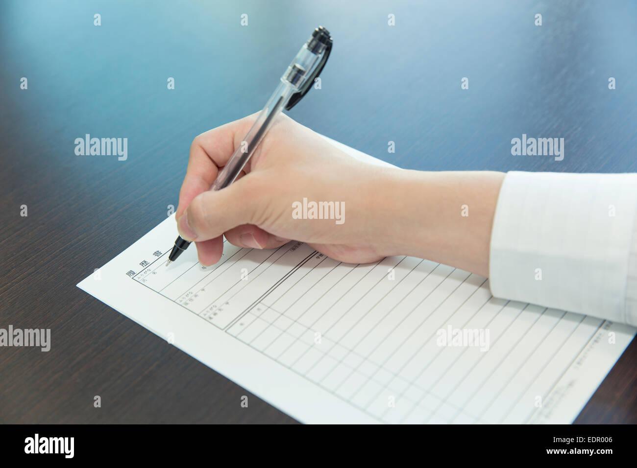 Mujer con un lápiz a mano Rellenar solicitud de trabajo Imagen De Stock