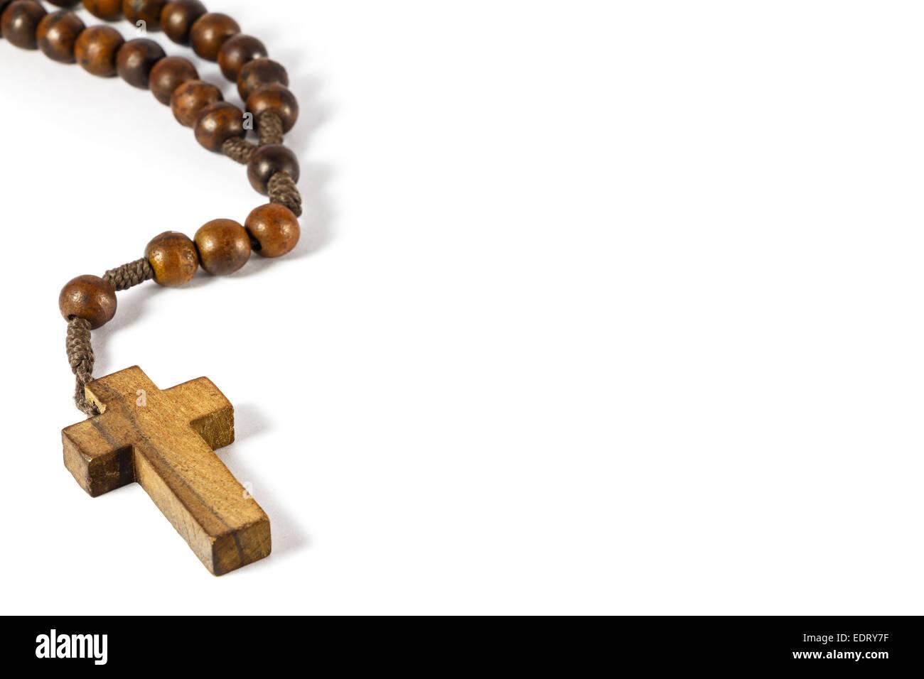 Rosario con cruz de madera en el borde izquierdo y el área en blanco en el lado derecho (fondo blanco) Imagen De Stock
