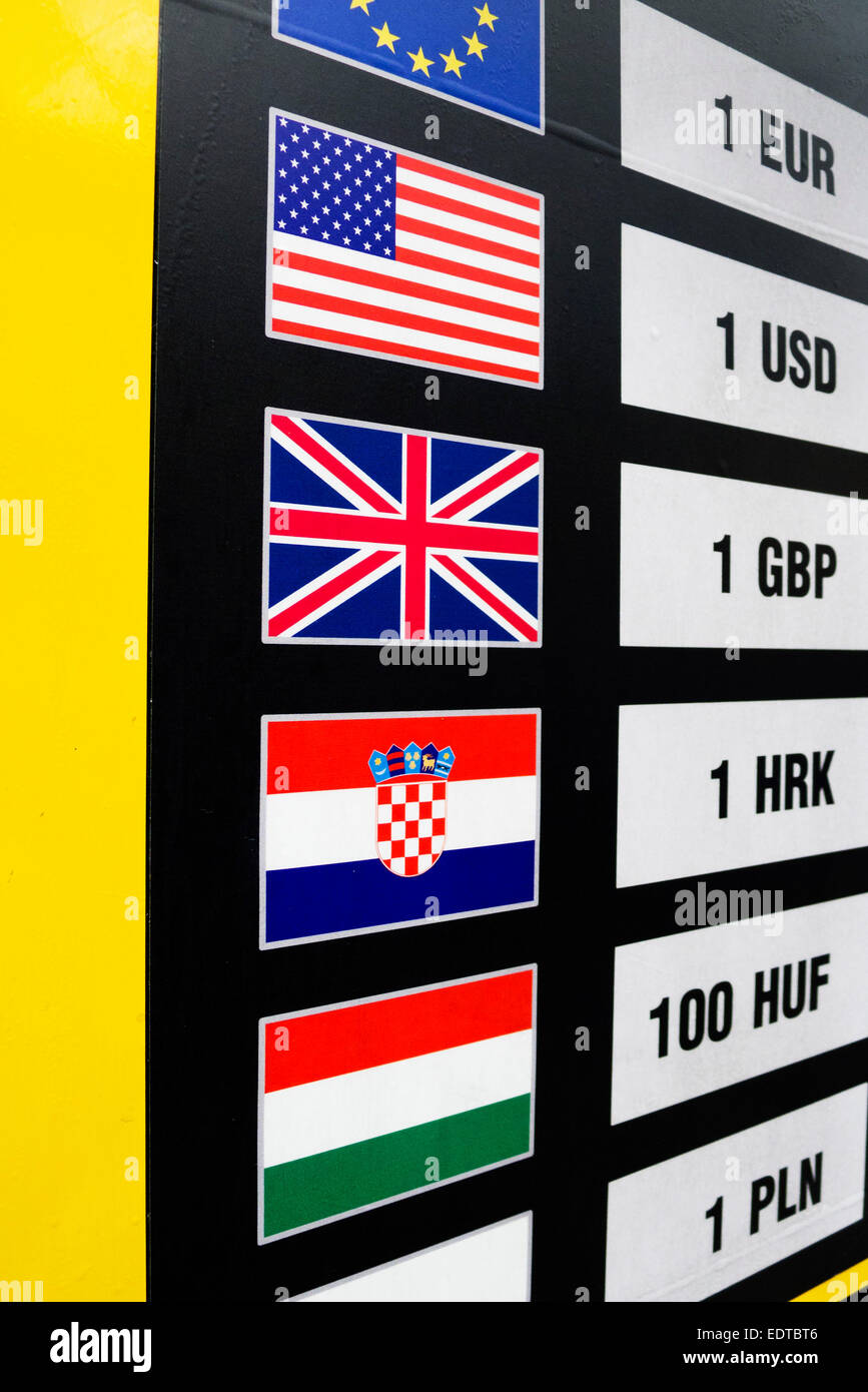 Junta con monedas y tasas de cambio Foto de stock