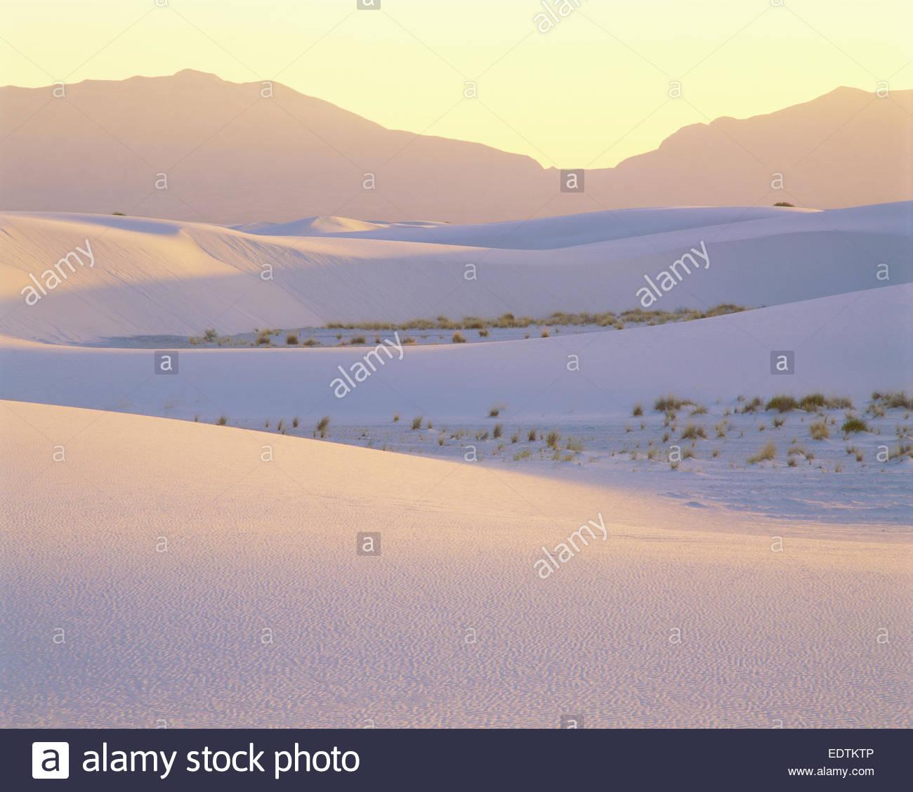 Puesta de sol en dunas de yeso y las montañas de San Andrés. Monumento Nacional White Sands, Nuevo México Imagen De Stock