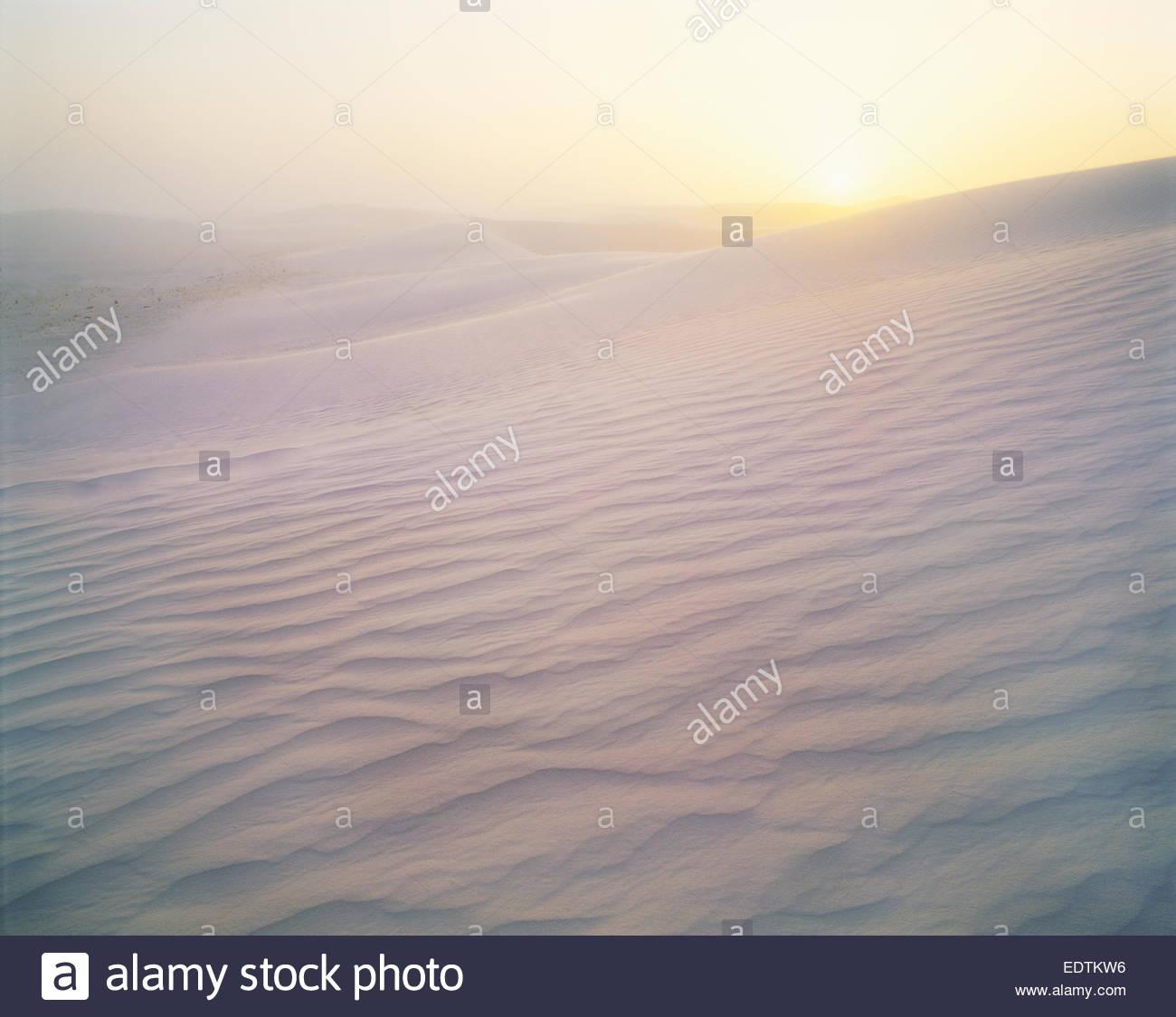 Vientos fuertes a lo largo de dunas de yeso en el amanecer. Monumento Nacional White Sands, Nuevo México. Imagen De Stock