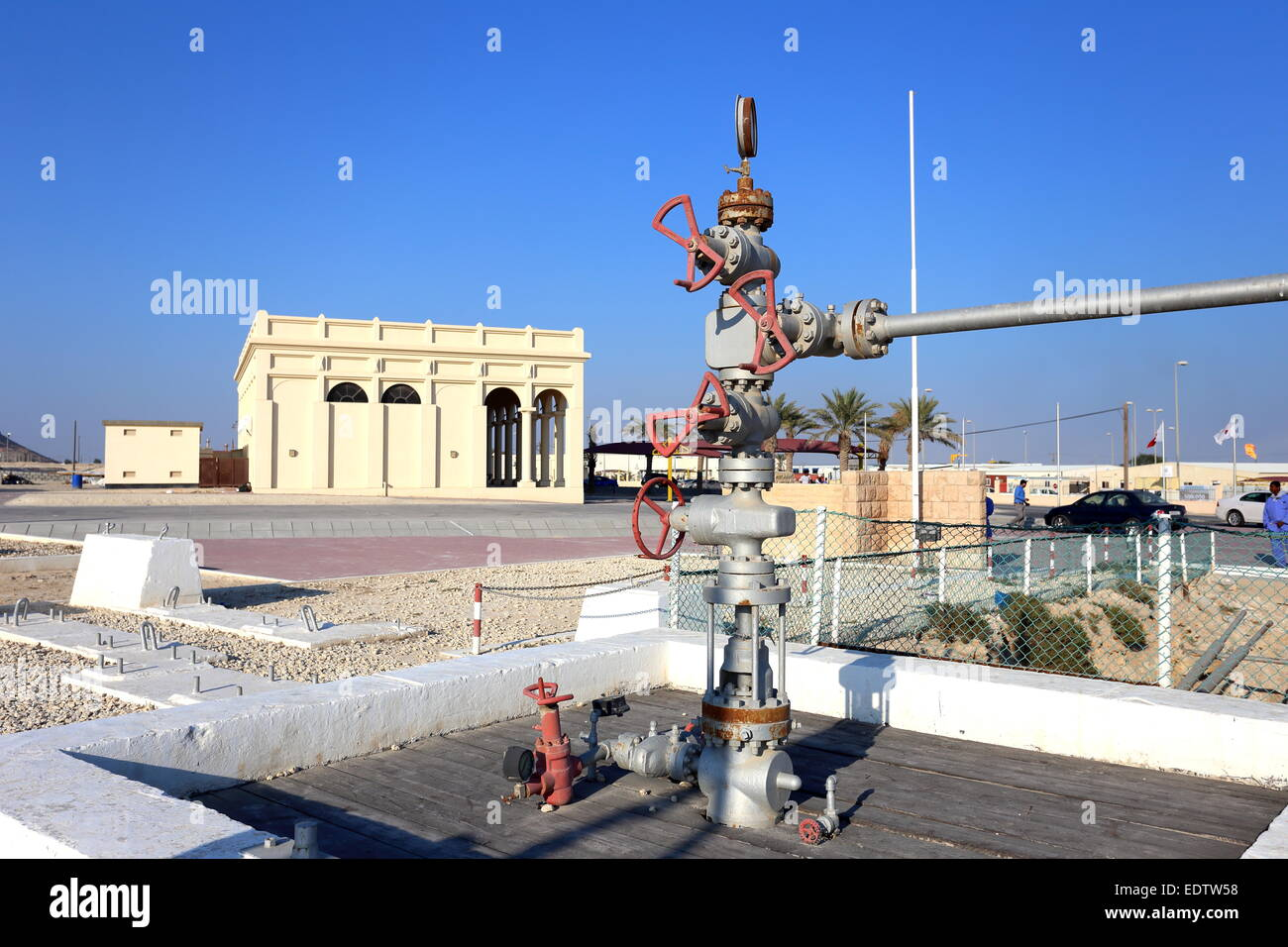 Pozo de petróleo número 1 en el primer plano con el Museo del Petróleo, en el fondo, Bahrein Imagen De Stock