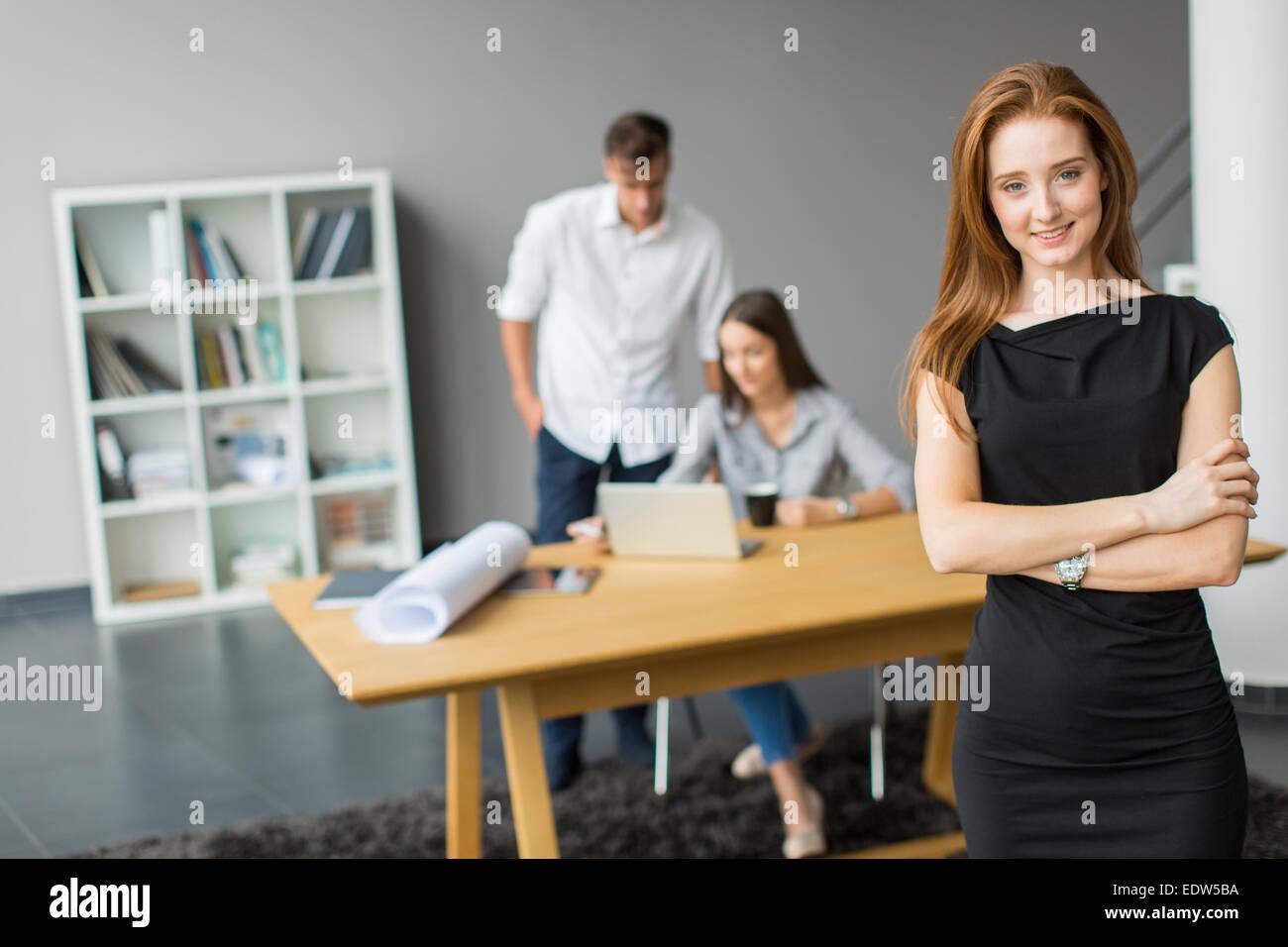 Los jóvenes en la oficina Foto de stock