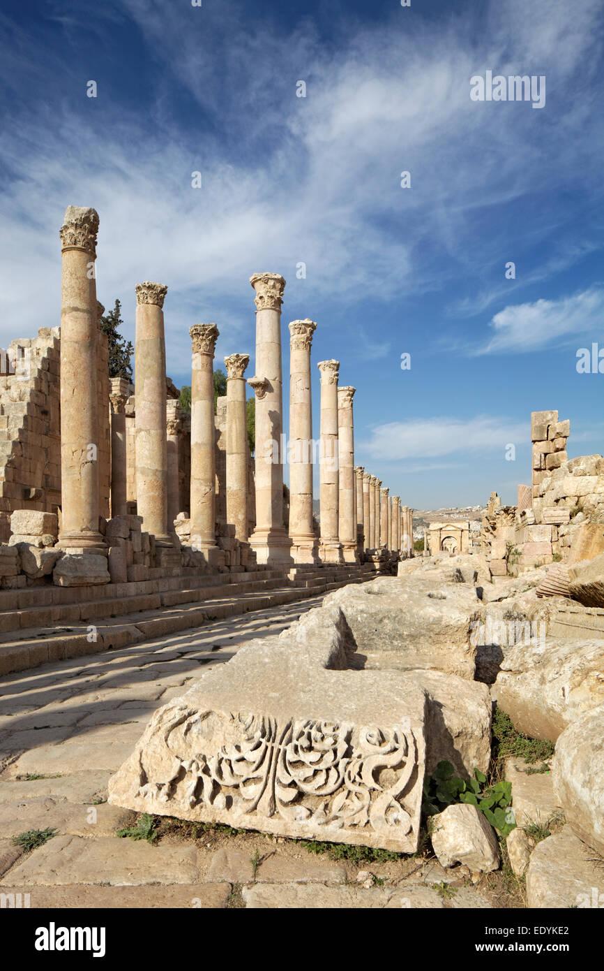 Calle principal cardo maximus, columnas, el socorro, la antigua ciudad romana de Jerash, parte de la Decápolis, Imagen De Stock