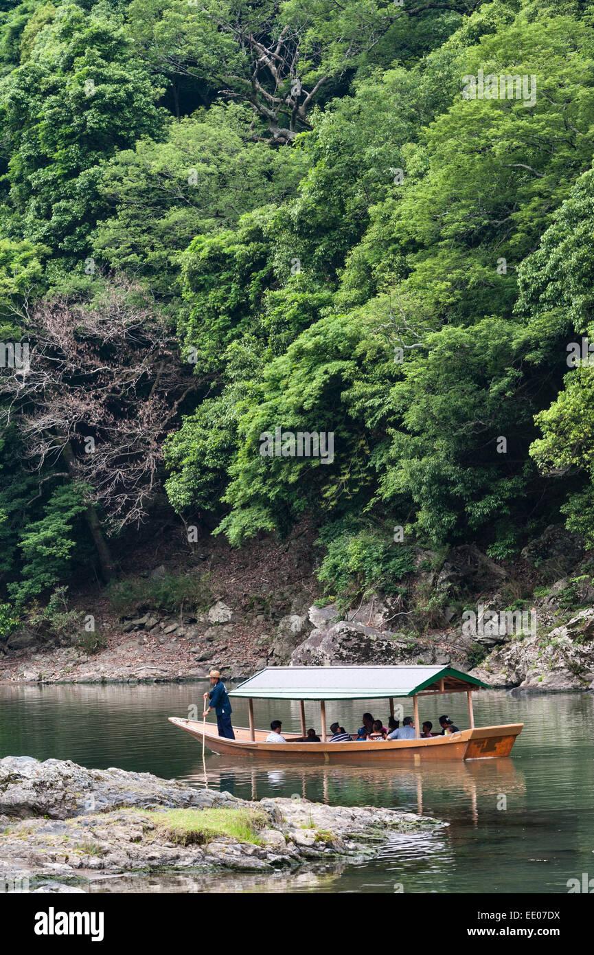 Arashiyama, Kyoto, Japón. Los turistas tomando un viaje en barco por el Río Katsura Imagen De Stock