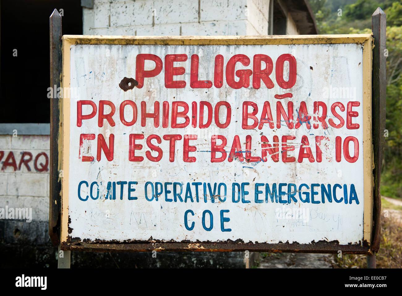 Dominikanische Republik, la Cordillera Central, Jarabacoa, Warnhinweis Am Weg zum Wasserfall Baiguate Foto de stock