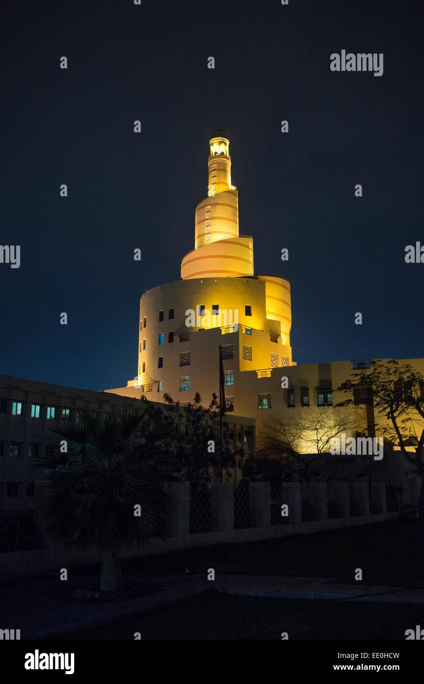 Mezquita del Centro Cultural Islámico de Qatar, Doha, Qatar, en Oriente Medio, por la noche Imagen De Stock