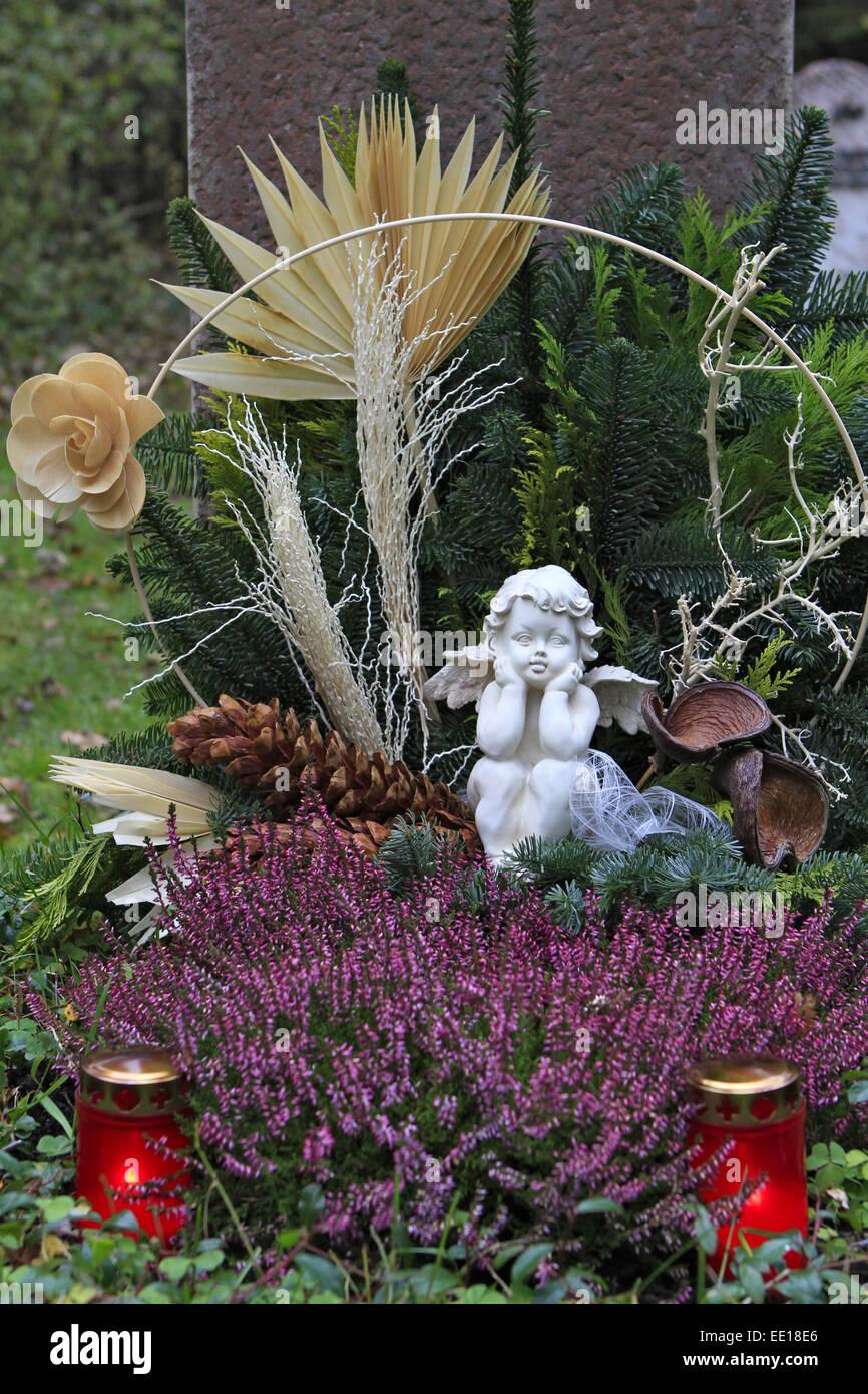 Geschmuecktes Grab auf einem Friedhof un Allerheiligen Foto de stock
