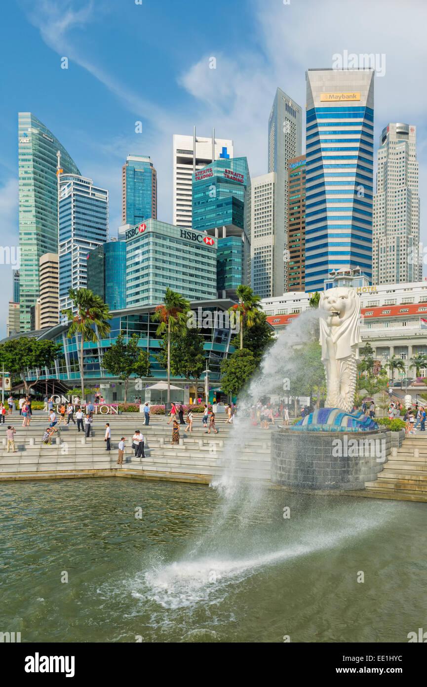 El merlion, símbolo de la ciudad, y el horizonte de la ciudad, Singapur, Sudeste de Asia, Asia Foto de stock