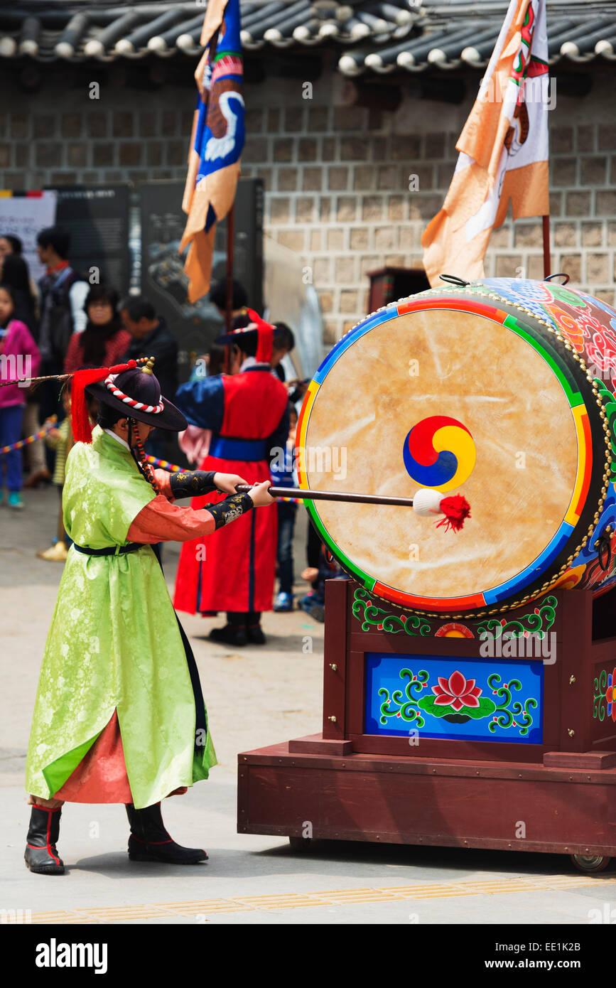 El baterista, Palacio Deoksugung, Seúl, Corea del Sur, Asia Imagen De Stock
