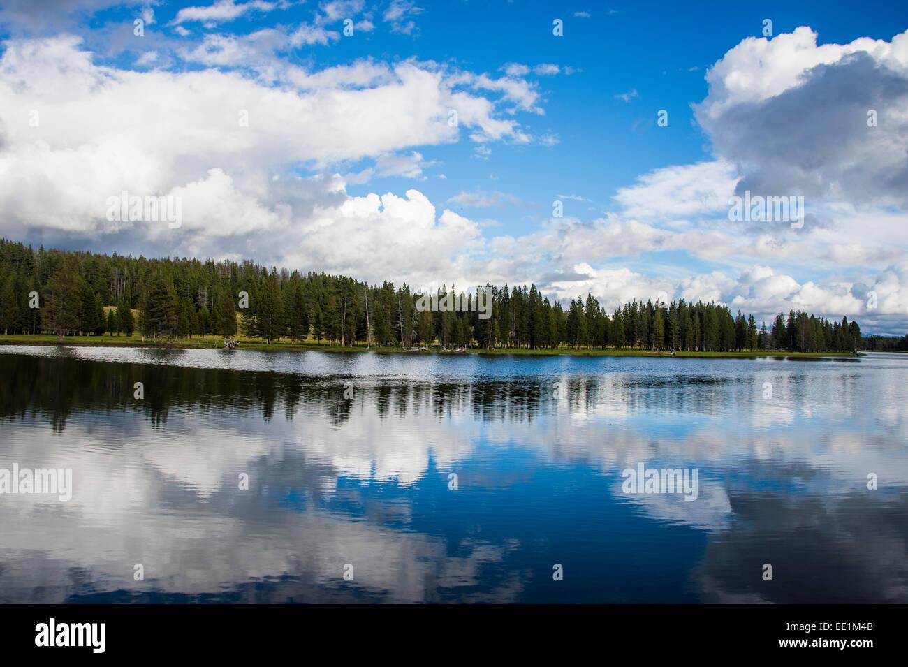 Las nubes reflejándose en el Río Yellowstone, el Parque Nacional de Yellowstone, Sitio del Patrimonio Imagen De Stock