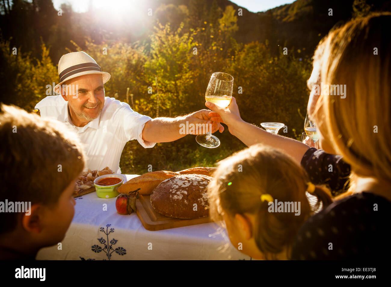 Familia haciendo un picnic en el jardín, Munich, Baviera, Alemania Imagen De Stock