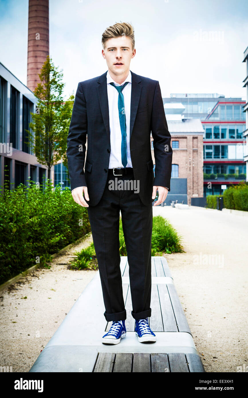 Joven empresario contra el edificio de oficinas, Munich, Baviera, Alemania Imagen De Stock
