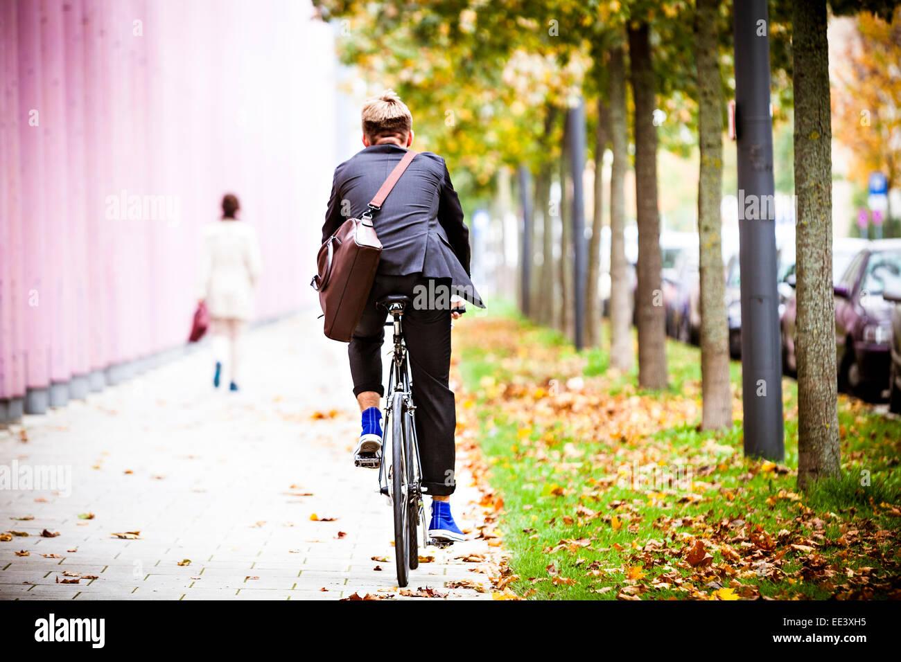 Joven Empresario de bicicleta Equitación, Munich, Baviera, Alemania Foto de stock
