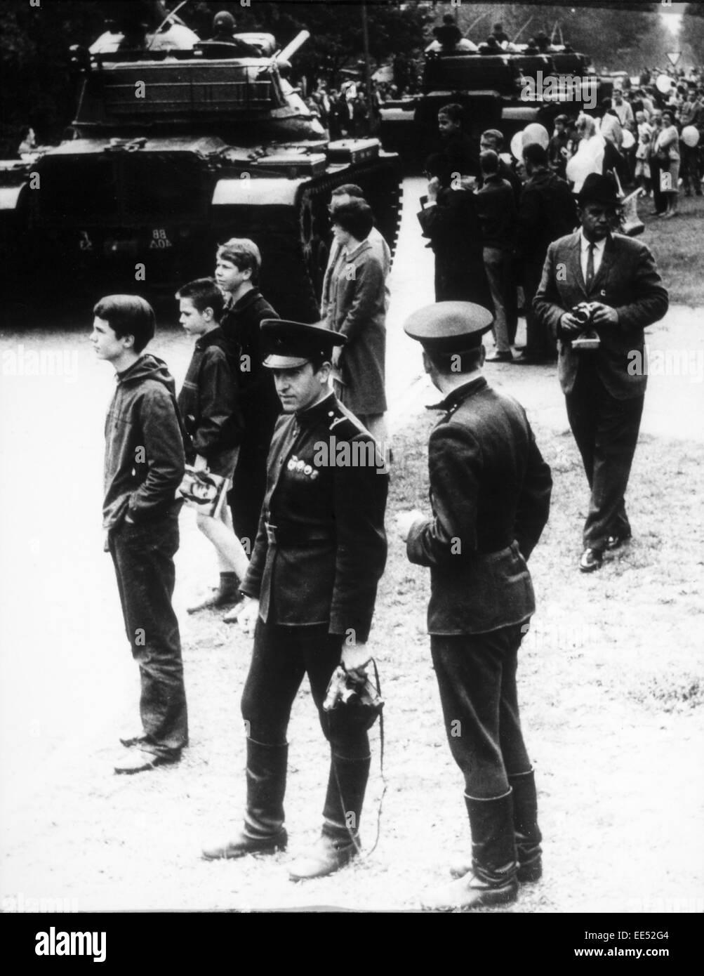 Los tanques americanos en Berlín Occidental, los soldados rusos en primer plano, 1965 Imagen De Stock