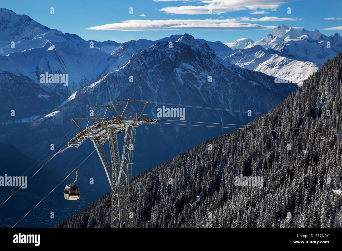 Telecabina y vistas sobre las montañas de la nieve en invierno en los Alpes Suizos en Riederalp (, Wallis / Imagen De Stock