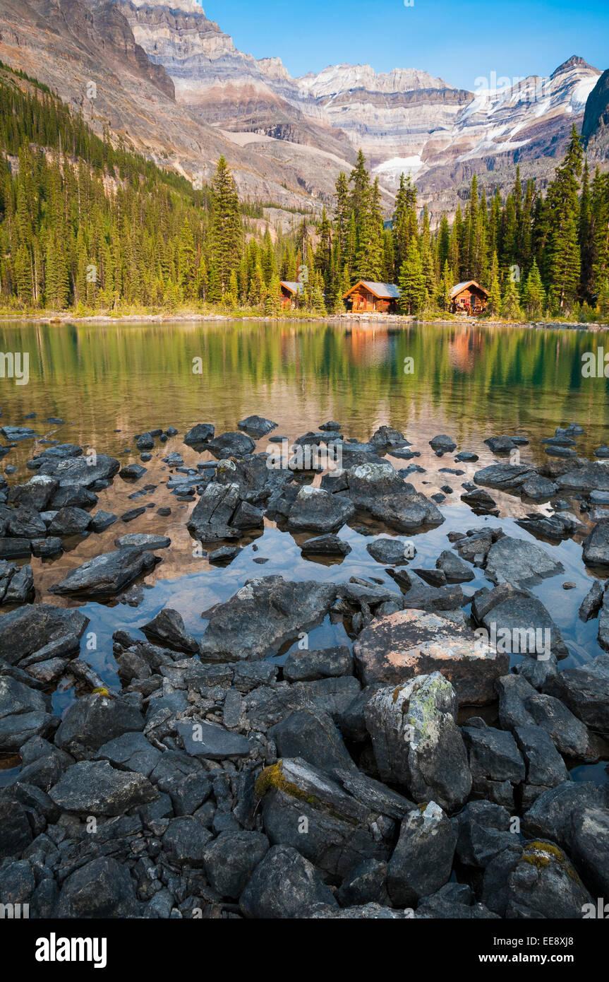 Cabañas en el lago O'Hara, el Parque Nacional Yoho, British Columbia, Canadá Foto de stock