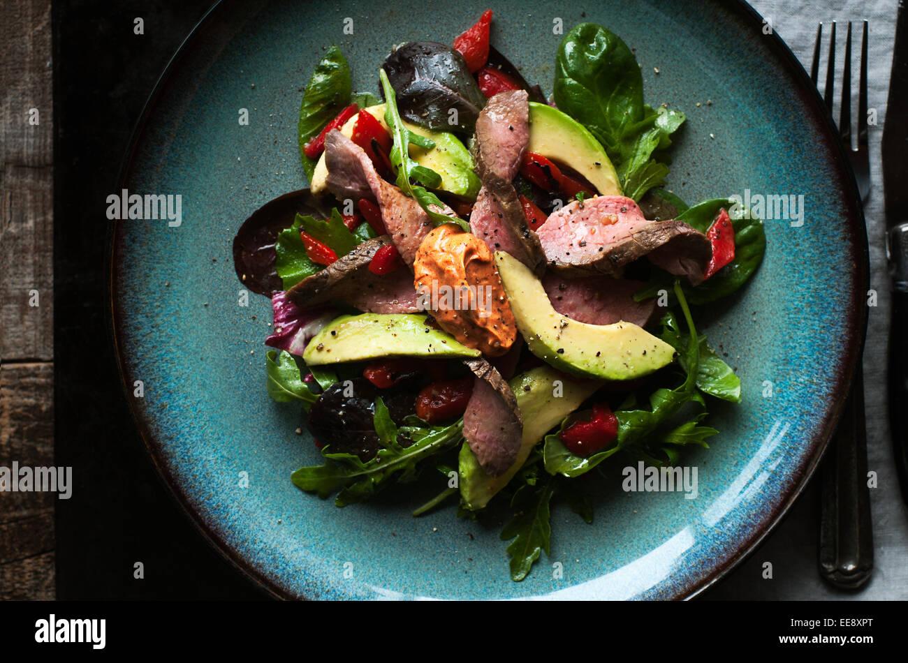 Ensalada verde mixta con carne asada y pimentón ahumado aioli Imagen De Stock