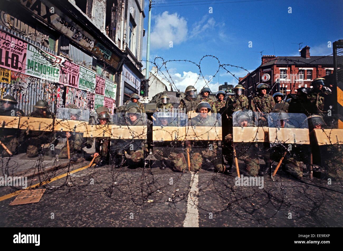BELFAST, IRLANDA DEL NORTE - Marzo de 1972, tropas del ejército británico manning barricadas durante las revueltas, Foto de stock
