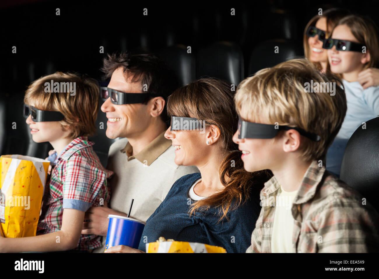 Las familias felices viendo películas en 3D en el teatro Imagen De Stock