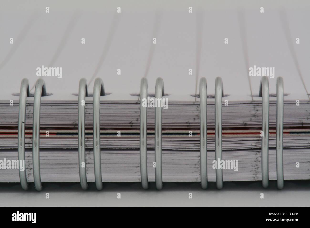 Un acercamiento máximo del cuaderno anillado con vacío página revestido Imagen De Stock