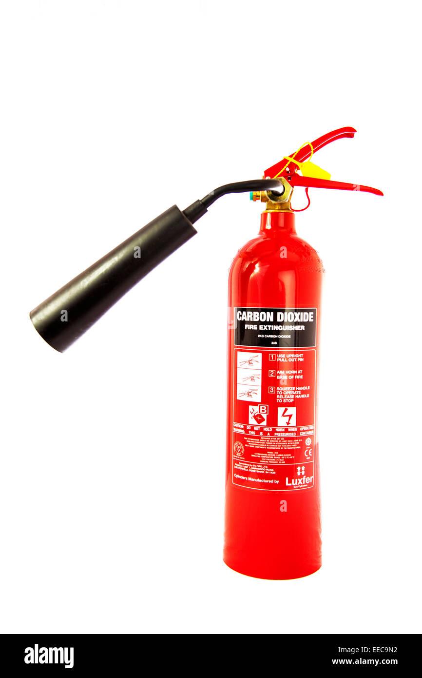 Extintor de incendios de dióxido de carbono el cilindro de gas dispensador recortar espacio copia fondo blanco. Imagen De Stock
