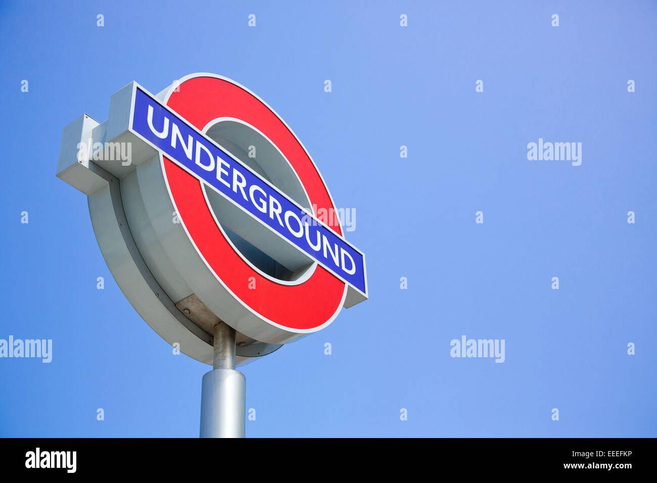 Signo de logotipo del Metro de Londres contra un cielo azul Imagen De Stock