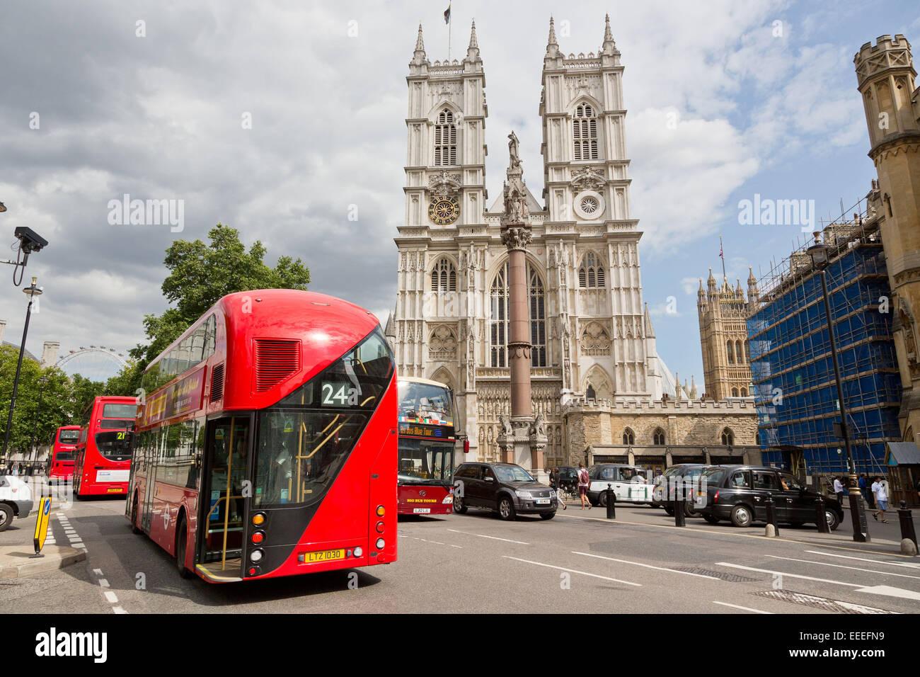 Nuevos autobuses de Londres, pasando por la Abadía de Westminster Imagen De Stock