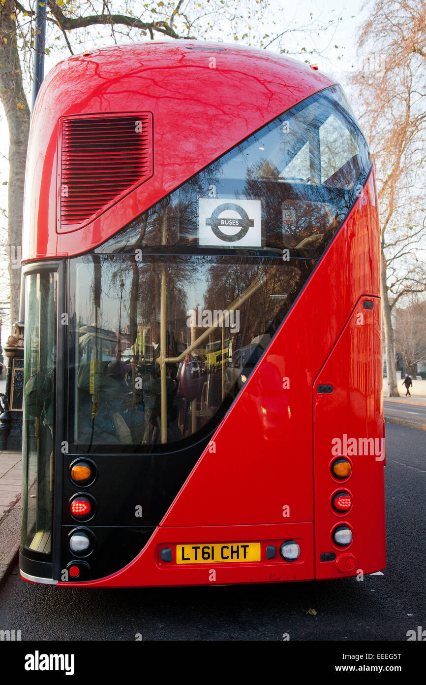 Vista trasera de los nuevos autobuses de Londres Foto de stock