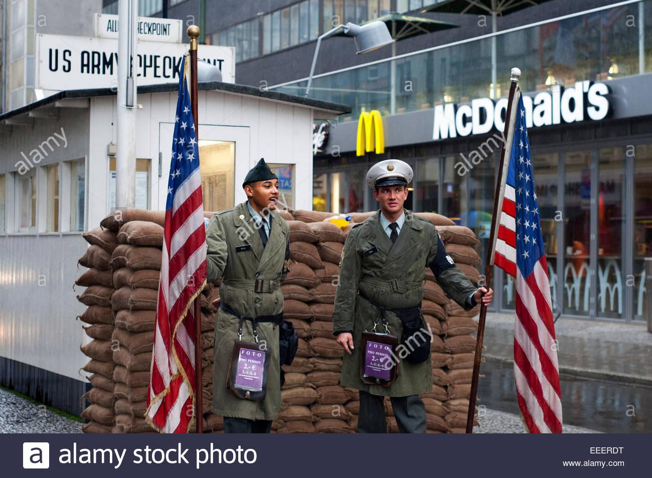 Guerra fría Checkpoint Charlie Berlin Friedrichstrasse famoso cruce fronterizo americano sectores soviético Imagen De Stock