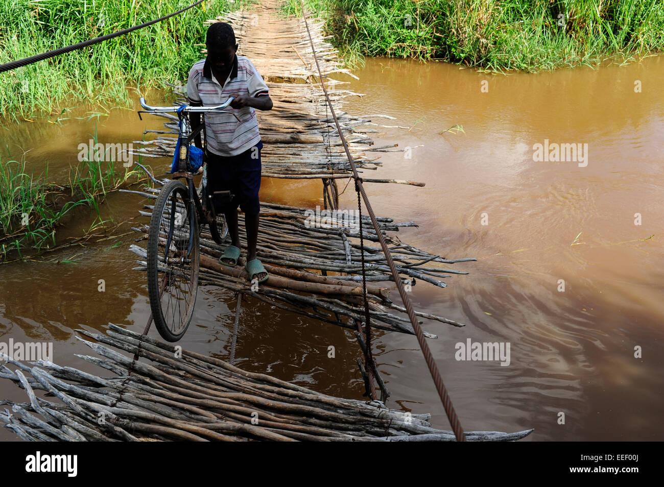 TANZANIA, Korogwe, puente colgante en Kwalukonge / TANSANIA, Korogwe, en Kwalukonge Haengebruecke Imagen De Stock