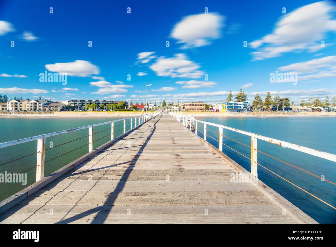 La exposición a largo shot del embarcadero en la playa Imagen De Stock