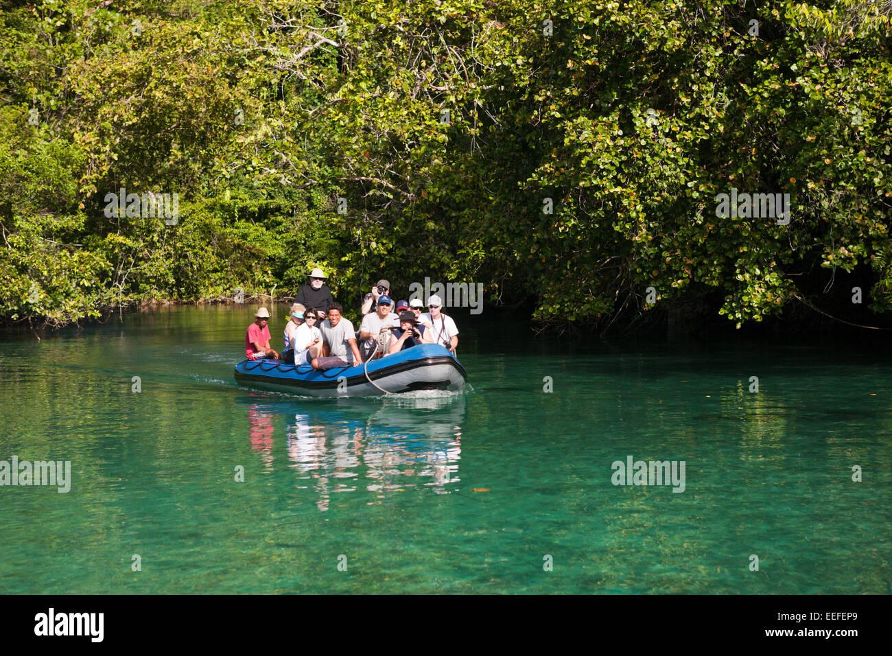 Zodiac Viaje a islas rocosas en el Estrecho de Iris, Triton Bay, Papua Occidental, Indonesia Imagen De Stock