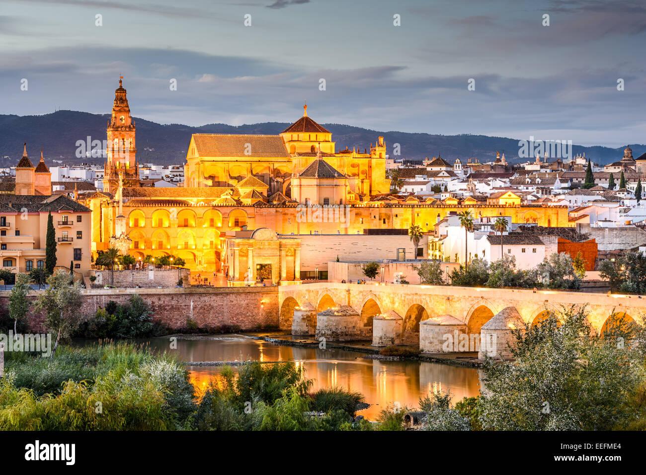 Cordoba, España en la Mezquita-Catedral y el puente romano sobre el río Guadalquivir. Imagen De Stock
