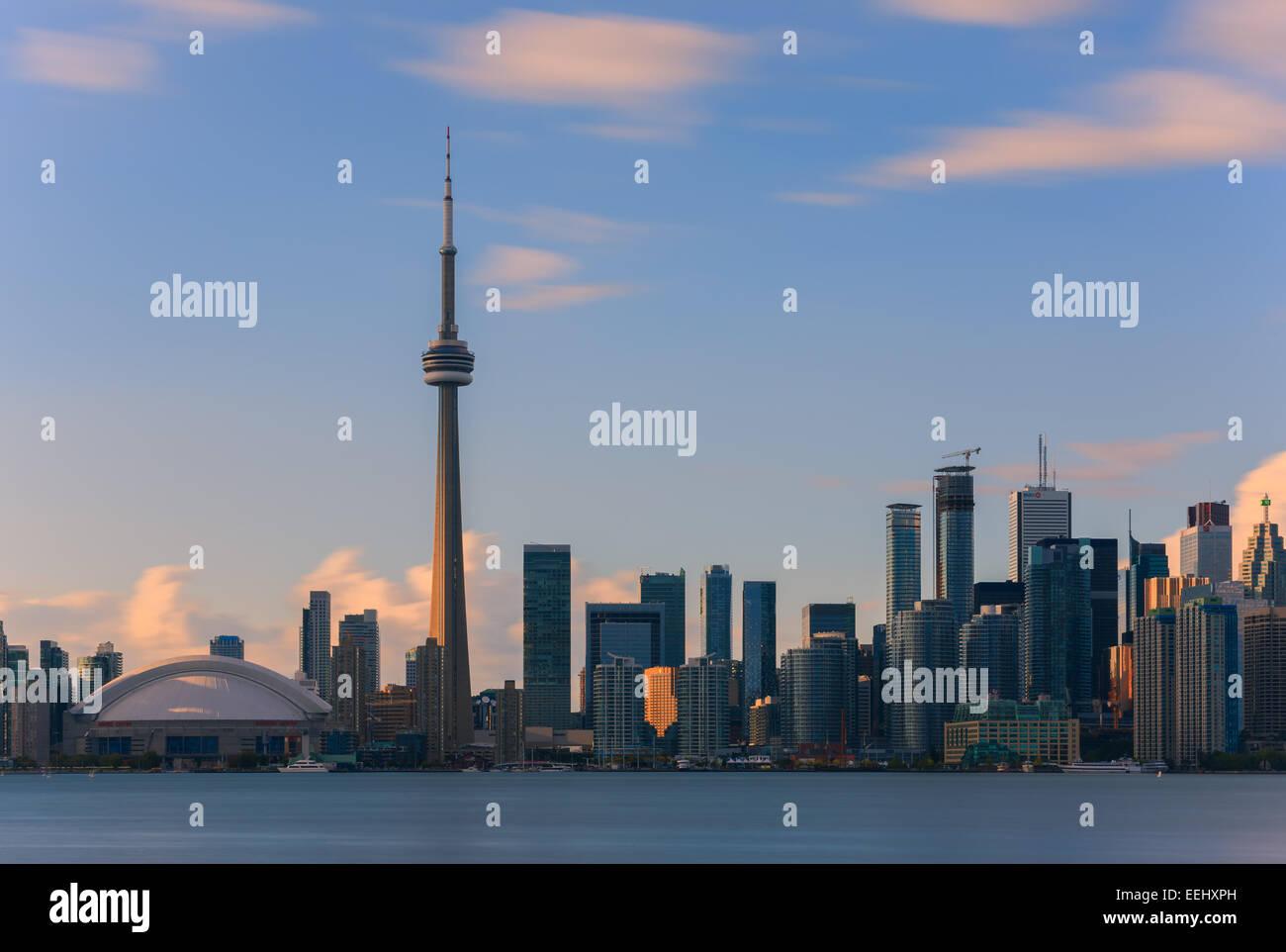 La CN Tower de Toronto al atardecer con una larga exposición, tomado de las Islas de Toronto. Foto de stock
