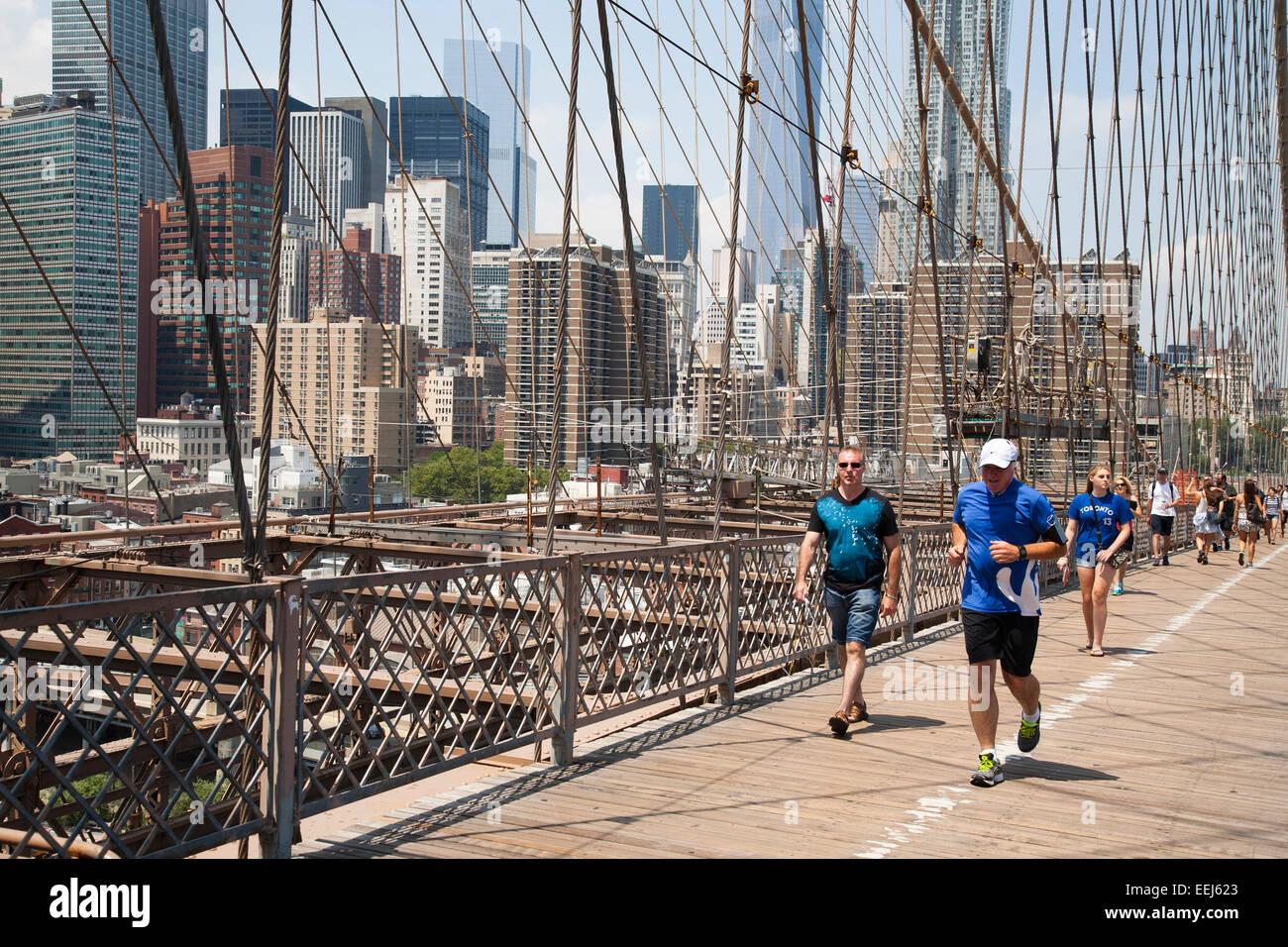 Puente de Brooklyn y el paisaje urbano, el East River de Nueva York, Estados Unidos, América Imagen De Stock