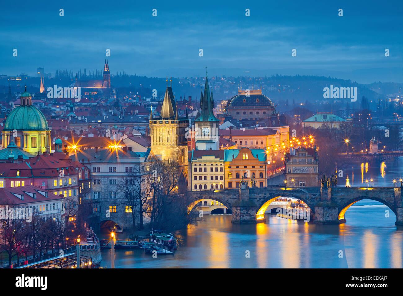 Praga. Imagen de Praga, capital de la República Checa y el Puente Charles, durante la hora azul crepúsculo. Imagen De Stock