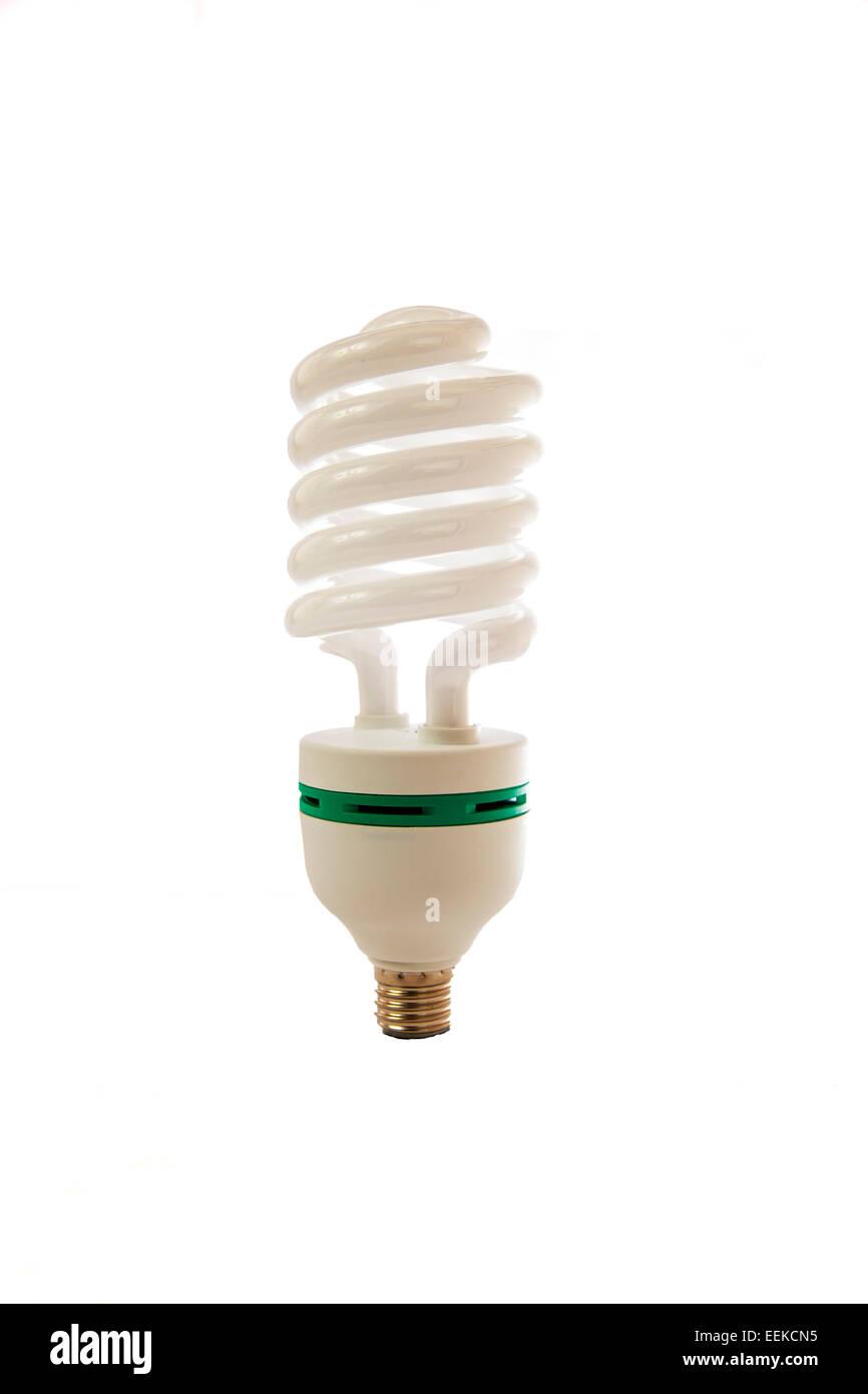 Bombilla de ahorro de ahorro de energía momento idea tornillo en recortar espacio copia fondo blanco. Foto de stock