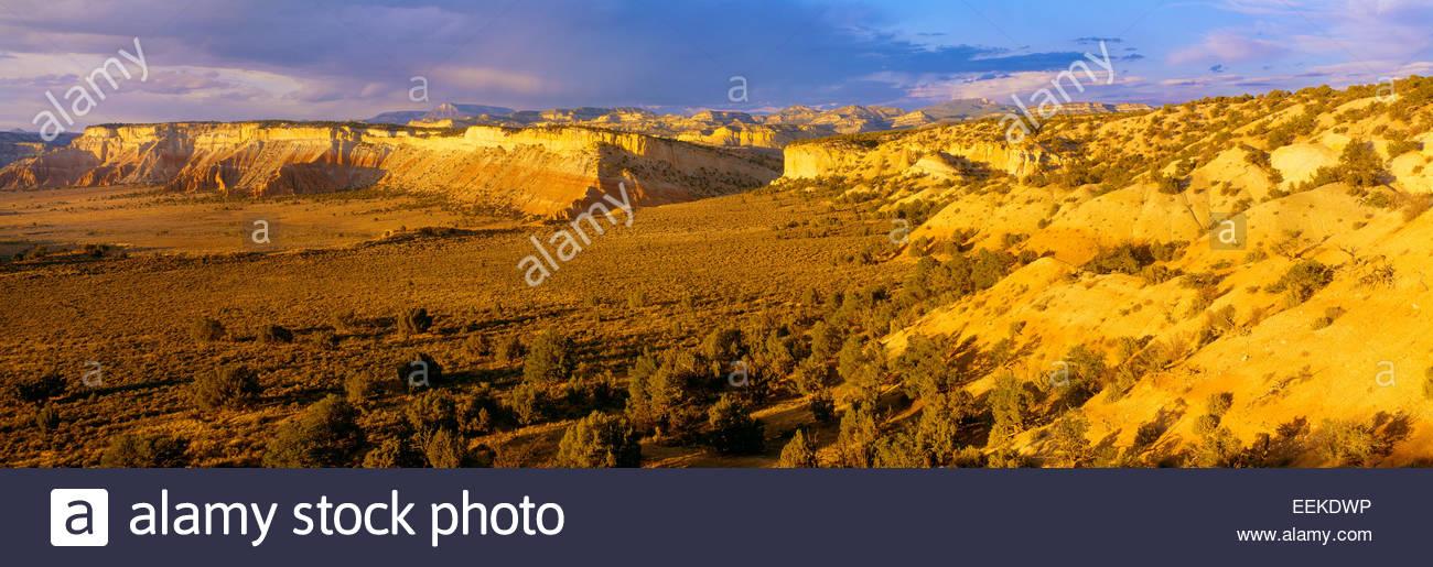Ver Tabla de mesetas y montañas de meseta acantilado [Escalante] en la distancia. Grand Staircase-Escalante Imagen De Stock