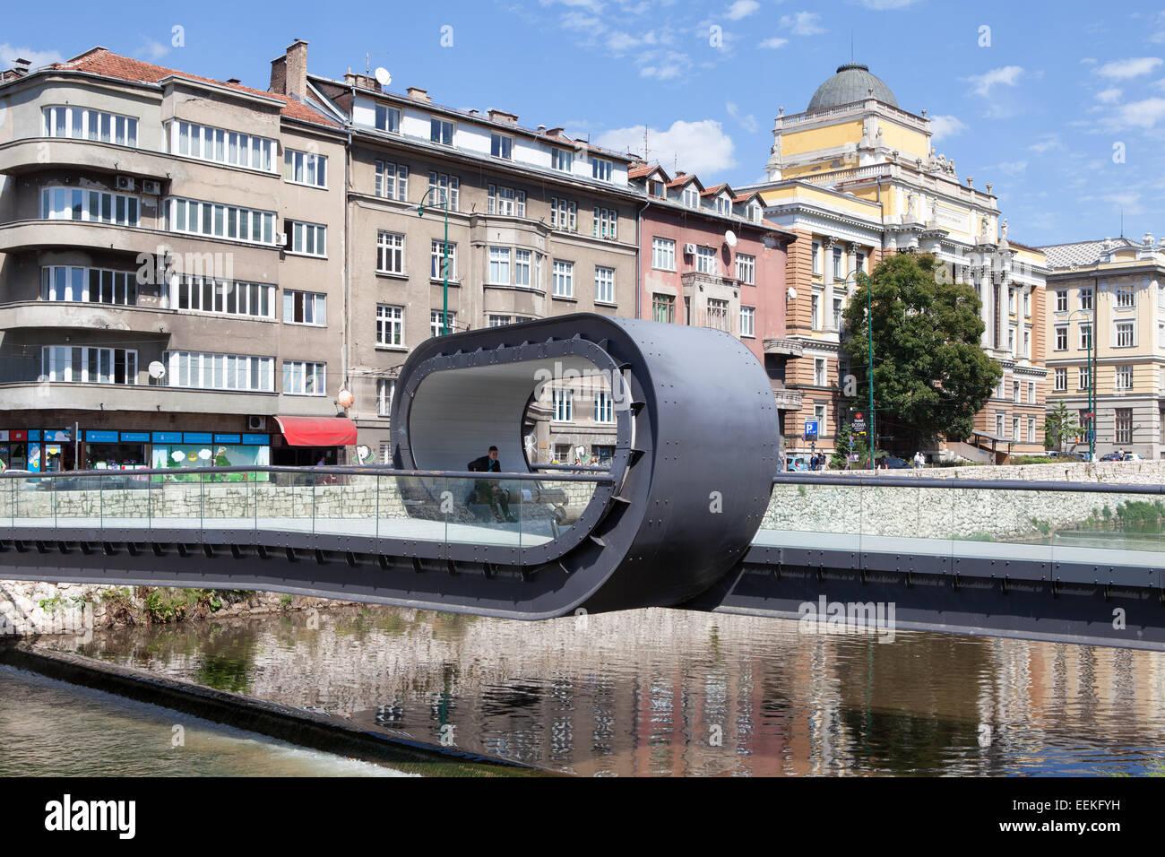 Festina lente puente sobre el río Miljacka. Sarajevo, Bosnia y Herzegovina Imagen De Stock