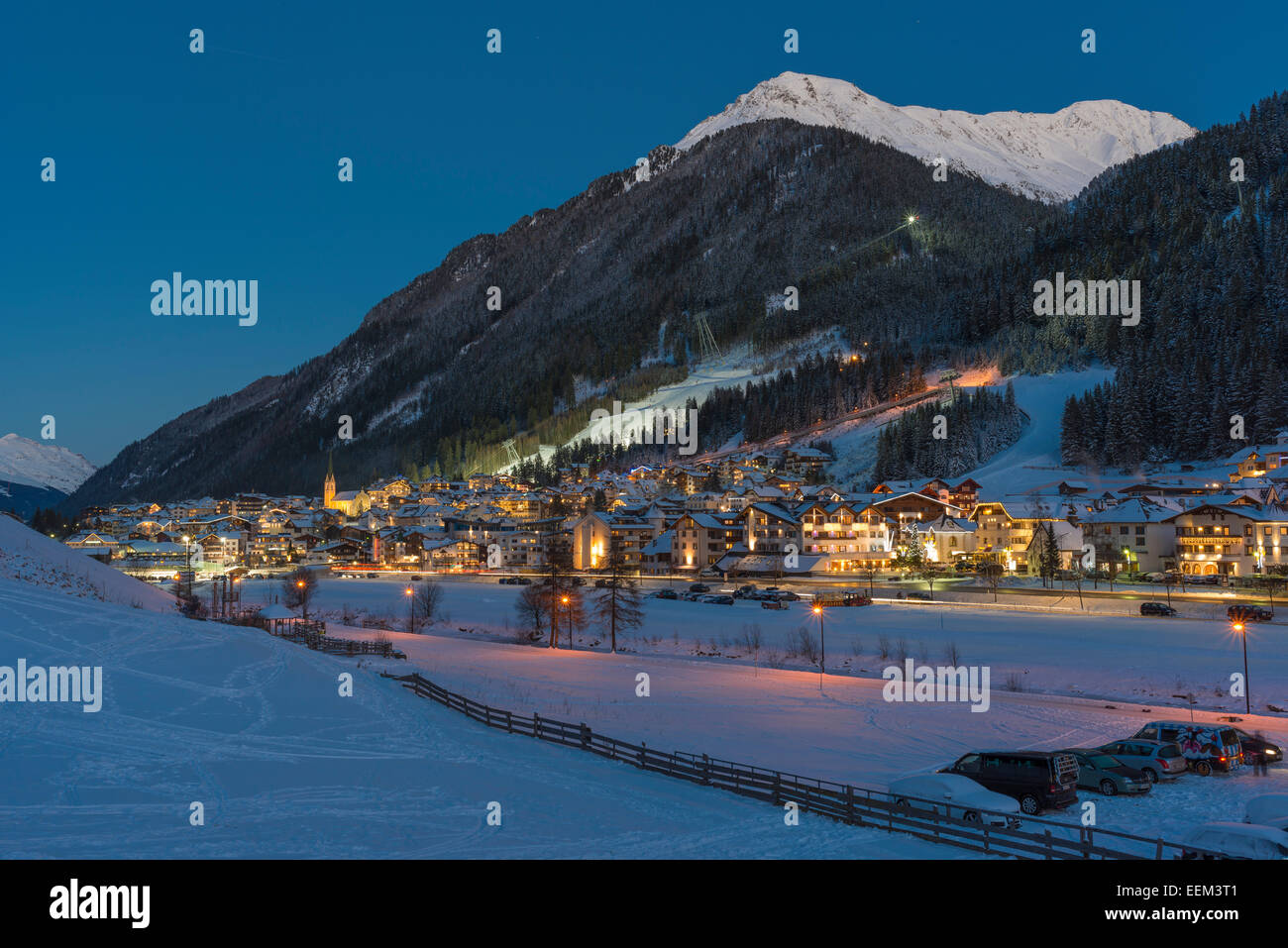 Vista de Ischgl, centro de deportes de invierno durante la noche, Ischgl, valle de Paznaun, Tirol, Austria Foto de stock