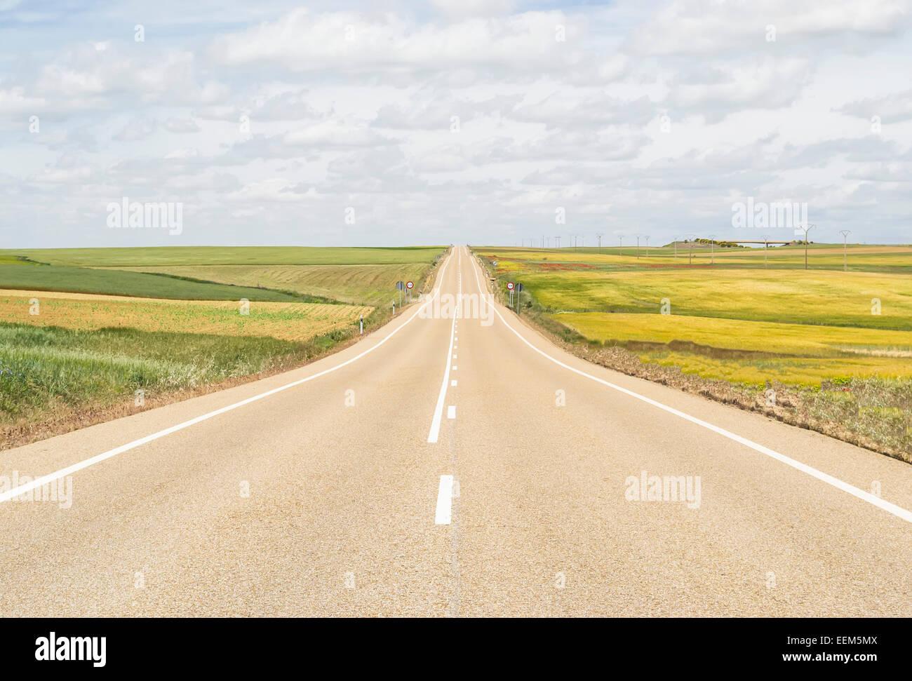 Abrir camino a través de una llanura que nunca parece terminar Foto de stock