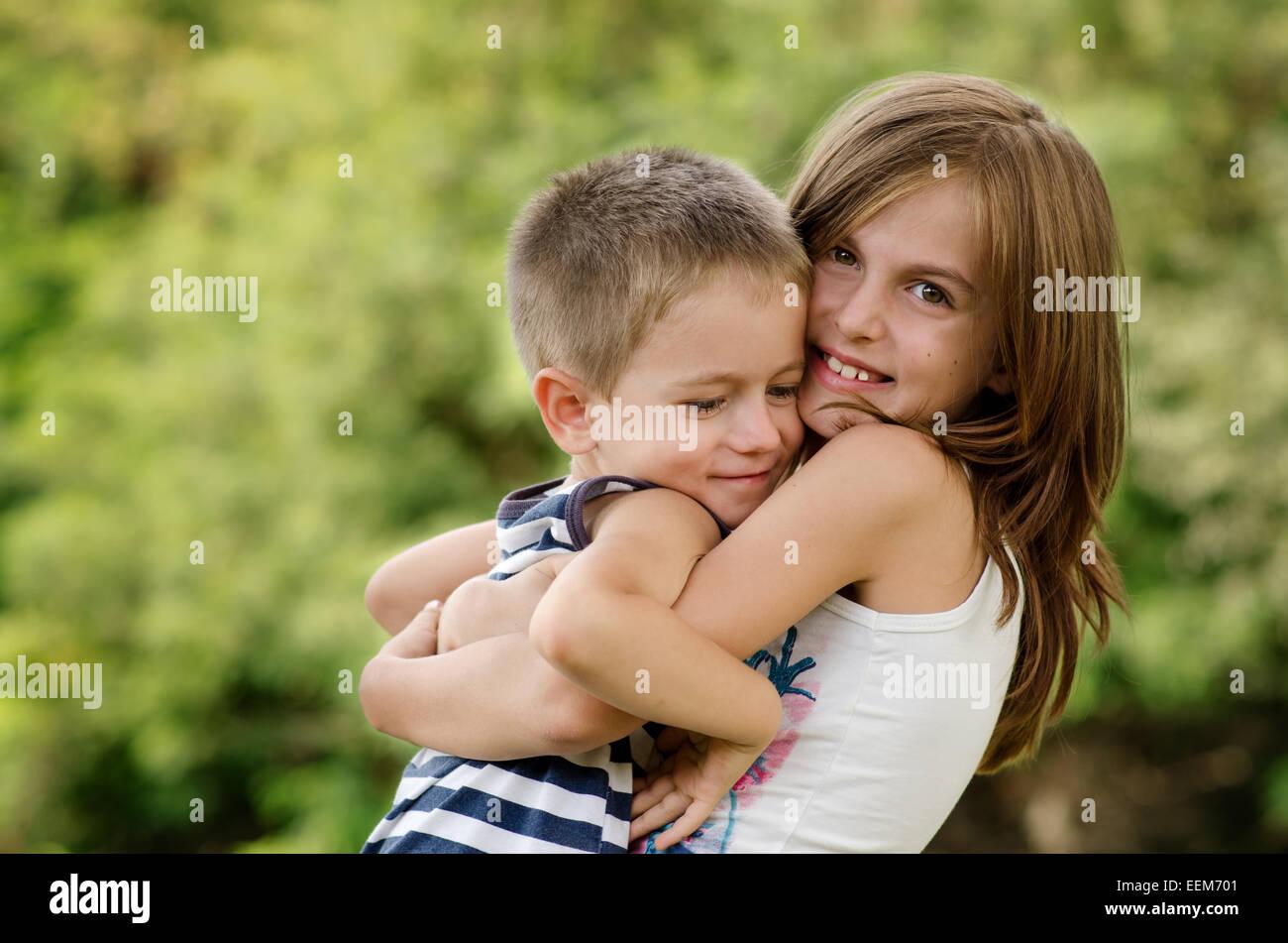 Bulgaria, Hermanos (4-5, 8-9) abrazos Imagen De Stock