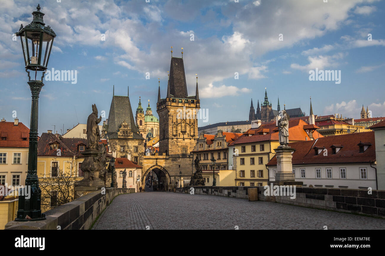 República Checa, Praga, vista de la torre del puente de Malá Strana y el Castillo de Praga desde el Puente Imagen De Stock
