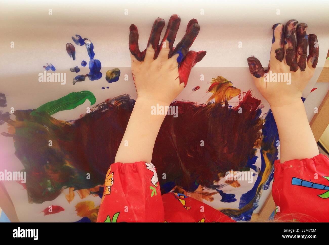 Kid (2-3) la pintura con las manos Imagen De Stock